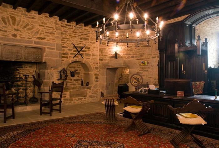 дома в замковом стиле, замковый стиль в интерьере, люстры в замковом стиле, светильники в замковом стиле